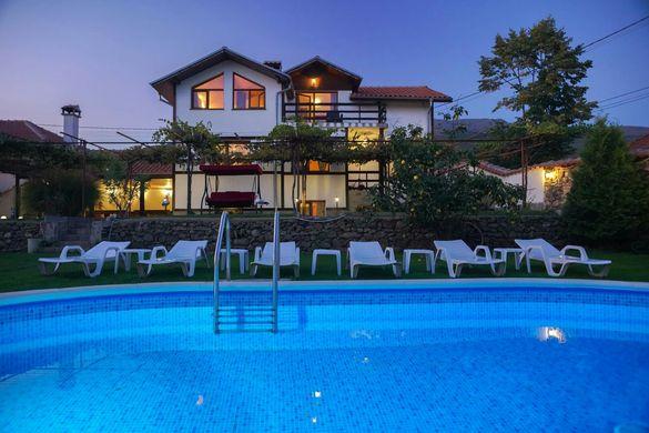 Къща за гости с басейн, детски кът, барбекю и голям двор