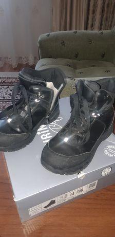 Ботинки зимние доя мальчика 8-9 лет.