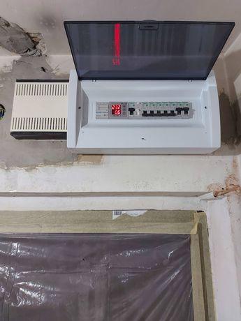 Electrician , execut instalații electrice.