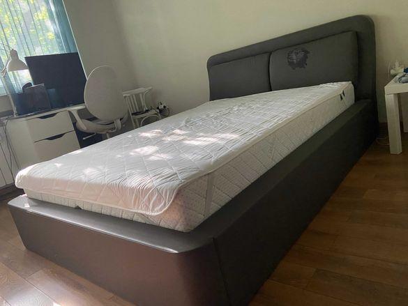 Сива спалня с повдигащ механизъм+двулицев матрак 140/200 см с протекор