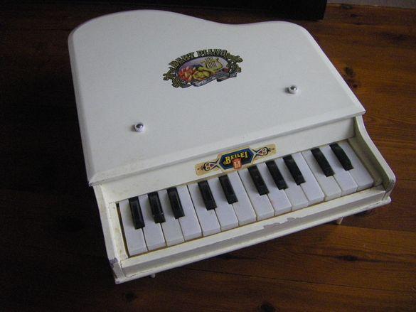 стара играчка - дървено пиано