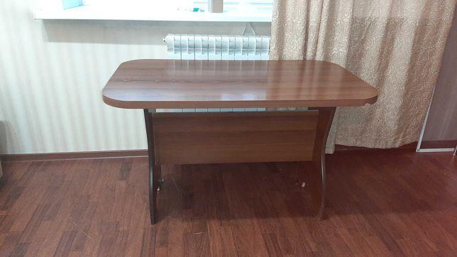 Стол  коричневый.