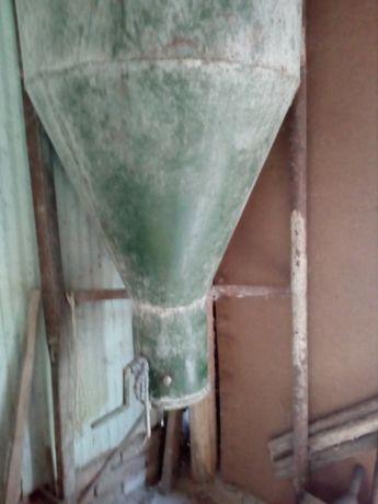 продавам фуражомелка трифазен ток 10 кв 32 чука с бункер за фураж