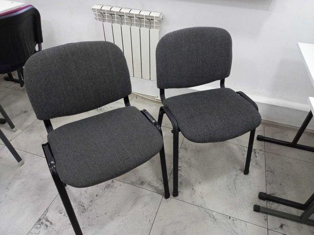 Два серых офисных стула