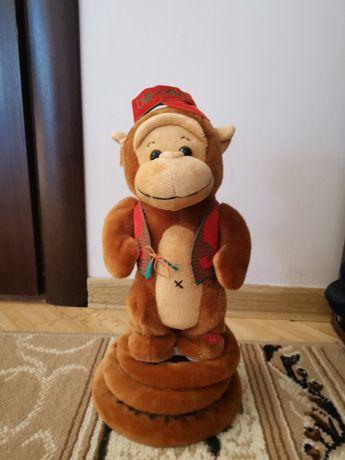 Поющая и прыгающая обезьянка и поющий и танцующий козел