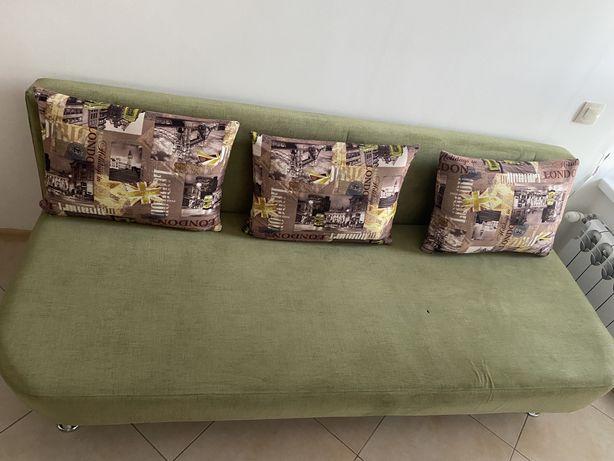 Диван зеленого цвета, с 3-мя подушками, с нишей