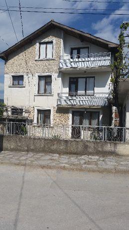 Продавам 3 етажна къща в центъра на града