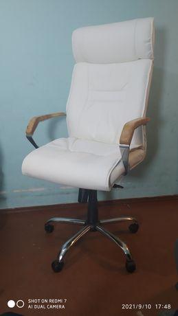 Офисный кресло после рестовратсый