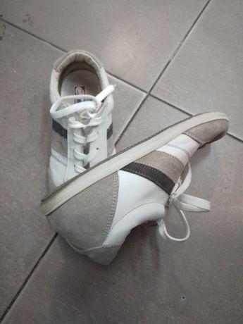Vând pantofi sport.