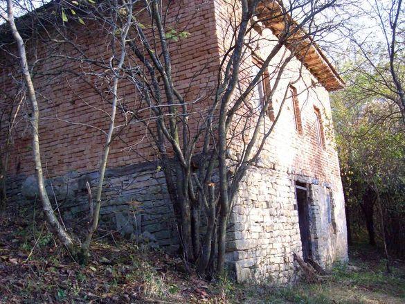 Къща в село Малък извор до Гложенският манастир