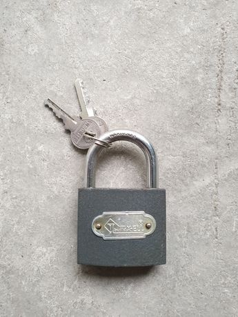 Lacat cu doua chei