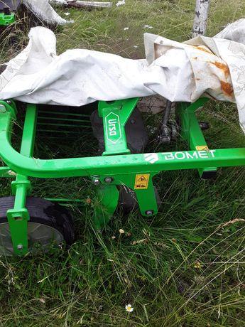 Masina de recoltat cartofi bomet pe un rand.