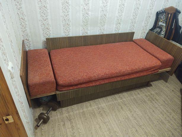 Продам  диван старый и шкаф
