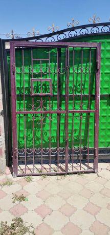 Дверь решетка с косяком металлическая бу 134 на 210см