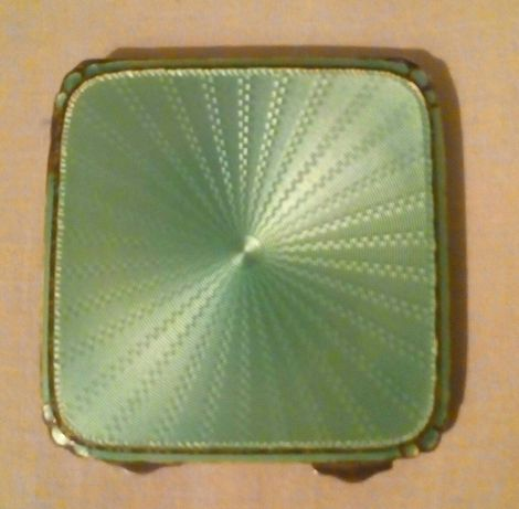 Vând sau schimb pudrieră marcată din argint cu email dim.6,8 cm-7 cm.