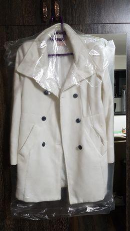 Белое пальто Bershka