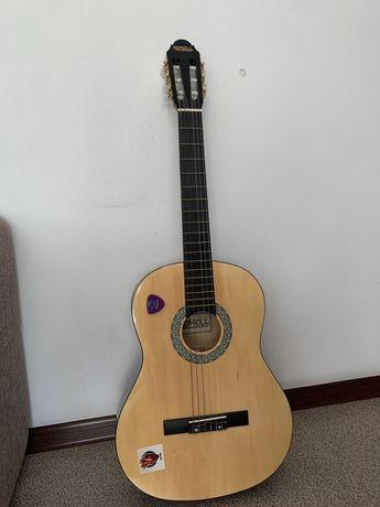 Продам акустическую гитару с нейлоновыми струнами