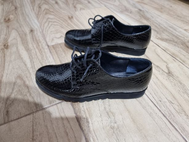 Pantofi domnișoare din piele .