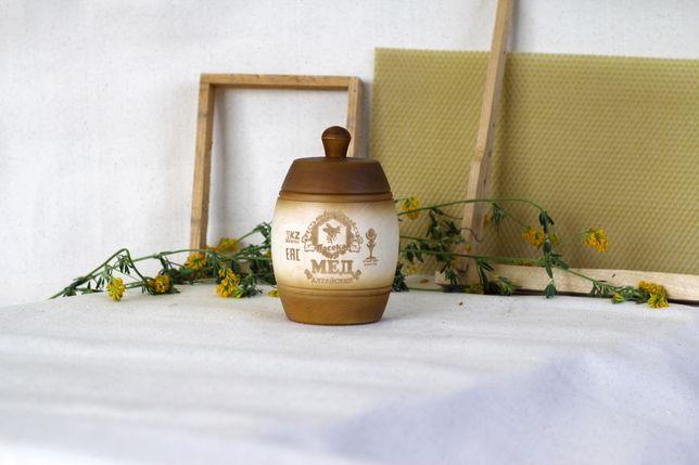 Мед в деревянной бочке