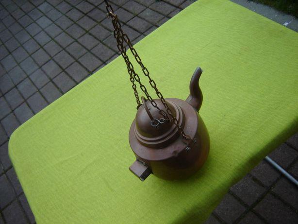 Ceainic vechi din cupru cu lant pentru agatare