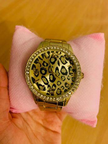 Чисто нов позлатен часовник с камъчета