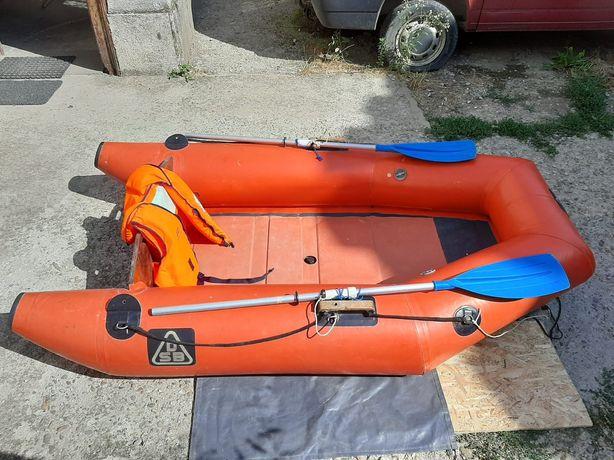 Vând barca cu motor Johnson 3,4 cp și toate accesoriile necesare
