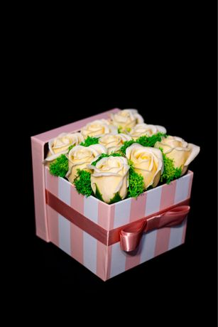 Aranjament cu trandafiri parfumati din sapun si licheni