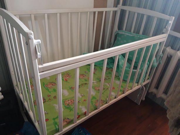 Детская кровать вместе с бортиками
