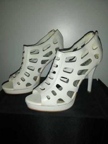 Vând sandale albe mărimea 40