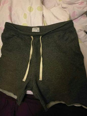 Продавам чисто нови къси панталони Л размер.
