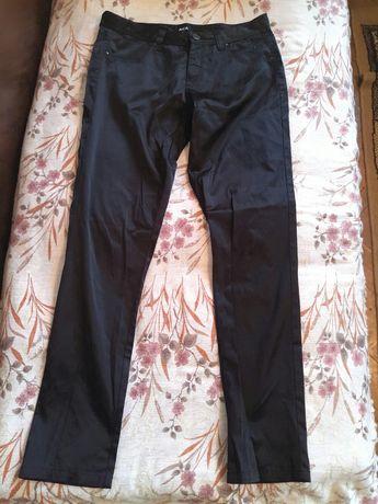 Нов черен панталон, лъскав, тип клин.