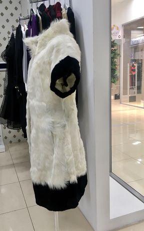 Шубка в стиле Шанель из козьего меха и удлиненные кожаные перчатки