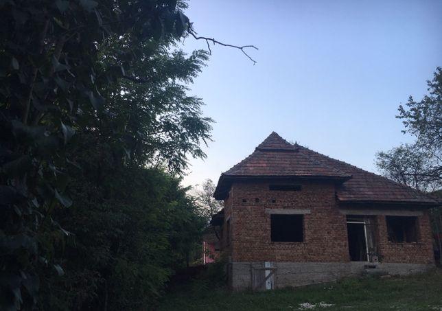 vand casa constructie in rosu cu 10 arii de teren