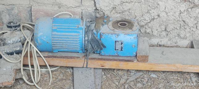 Электрический мотор с редуктором
