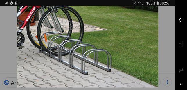 Parcare pentru biciclete.
