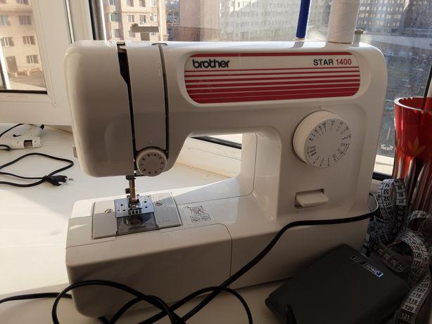 Машина швейная почти новая работает