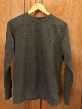 Серый свитер ,белая футболка