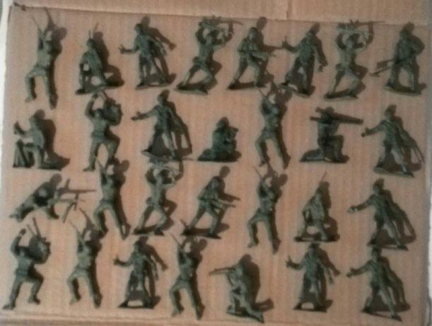 Vând sau schimb figurine din plastic.