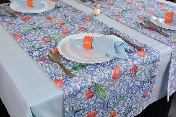 Синя покривка за маса за 4 човека и тишлайфери с лалета