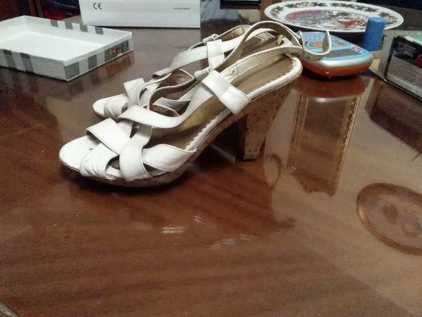Sandale din piele alba lacuita