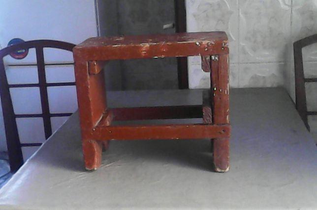 Vând Scăunel din lemn masiv, vișiniu, făcut manual acum 100 ani