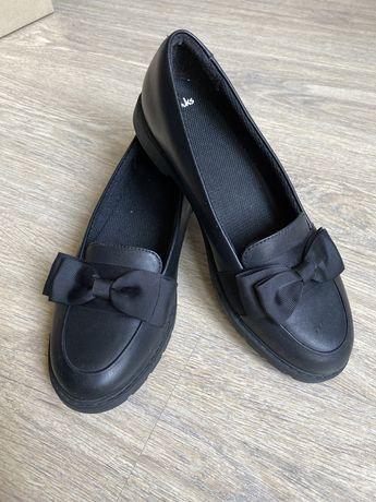Продам туфли для девочки Clarks