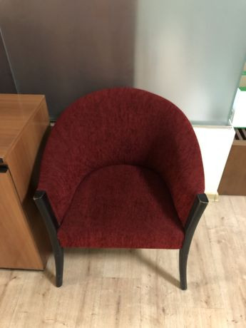 Продам два красных кресла