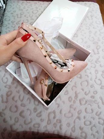 Pantofi cu toc...