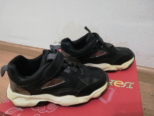 Продам две пары детской обуви