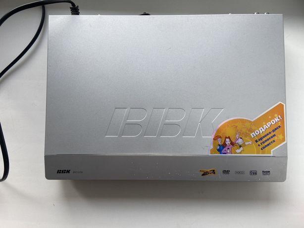 DVD проигрыватель БЕЗ пульта. Провода есть в комплекте.