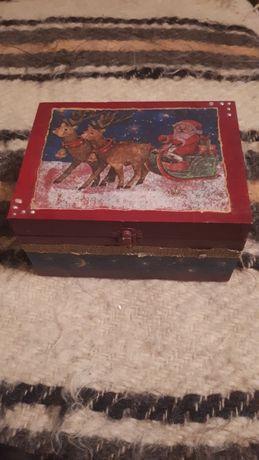 cutie de lem spatioasă cu Mos Crăciun cu sania tras de 2 reni