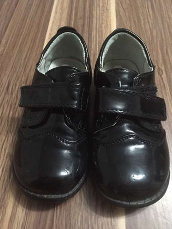 vând pantofi de lac din piele