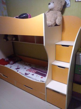 Двухярусная детская кровать с матрасами и выдвижными ящиками