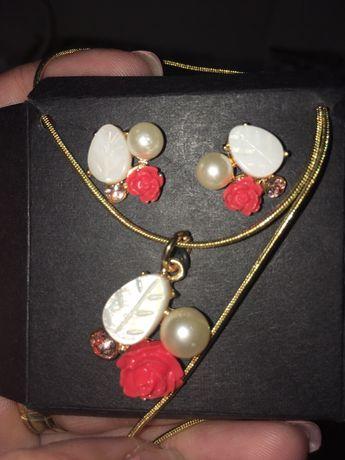 Set auriu cu trandafiri si perle Avon!